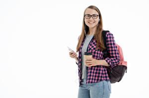 Hintergrundbilder Weibliche studenten Weißer hintergrund Braunhaarige Blick Lächeln Rucksack Hemd Jeans Mädchens