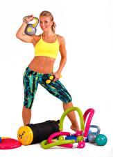 Fotos Fitness Blondine Lächeln Weißer hintergrund Posiert Hanteln Mädchens