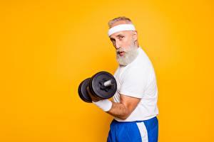 Bureaubladachtergronden Fitness Oude man Dumbbell Bebaarde Gekleurde achtergrond atletisch