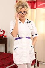 Hintergrundbilder Frankie Babe Krankenschwester Uniform Blondine Starren Brille Hand