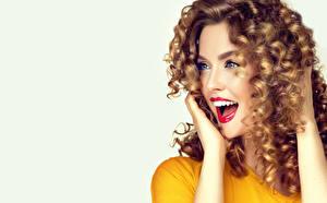 Fotos Grauer Hintergrund Braunhaarige Glücklich Blick Hand Rote Lippen Schön junge Frauen
