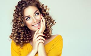 Hintergrundbilder Lockige Braune Haare Braunhaarige Lächeln Hand Starren Blick Frisuren Junge frau Mädchens