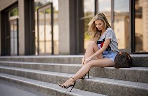 Hintergrundbilder Handtasche Unscharfer Hintergrund Treppe Sitzt Bein Schöne Blondine junge frau