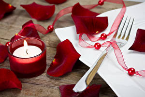 Hintergrundbilder Feiertage Kerzen Blütenblätter Dunkelrote Essgabel Band Blumen
