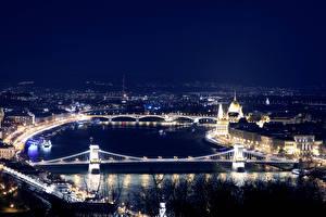 Tapety na pulpit Węgry Budapeszt Budynki Rzeki Most Noc Widok z góry Miasta