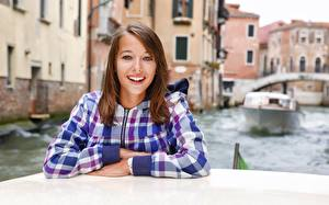 Bilder Italien Motorboot Braune Haare Hemd Starren Hand Lächeln Unscharfer Hintergrund Venedig Kanal junge frau