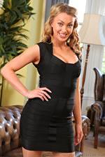Fotos Lainey Larner Blondine Starren Lächeln Kleid Hand Mädchens