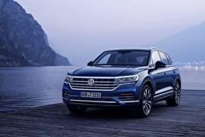 Hintergrundbilder See Bootssteg Volkswagen Blau Metallisch Softroader Touareg, 2018, SUV, Elegance