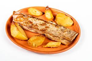 Bilder Fleischwaren Fritten Weißer hintergrund Teller Lebensmittel