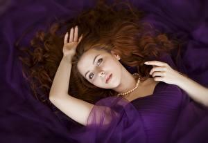 Hintergrundbilder Halsketten Rotschopf Haar Starren Liegen Hand Schöne