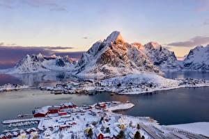 Hintergrundbilder Norwegen Lofoten Berg Winter Gebäude Dorf Bucht