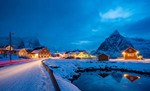 Bilder Norwegen Lofoten Winter Gebäude Berg Straße Schnee Lichtstrahl Sakrisoy