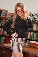 Hintergrundbilder Penny Lee Dunkelbraun Blick Brille Hand Mädchens