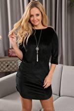 Bilder Rachel H Only Blondine Starren Lächeln Kleid Hand junge frau