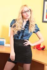 Bilder Rachelle Summers Sekretärinen Blondine Blick Brille Rock Hand Mädchens