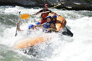 Hintergrundbilder Rafting Boot Fluss Spritzwasser Helm