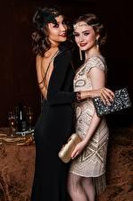 Hintergrundbilder Retro Handtasche Zwei Hand Kleid Lächeln Braunhaarige junge Frauen