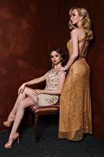 Bilder Antik 2 Blond Mädchen Kleid Sitzt Bein Mädchens