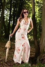 Hintergrundbilder Scarlot Rose Braune Haare Brille Kleid Regenschirm Posiert