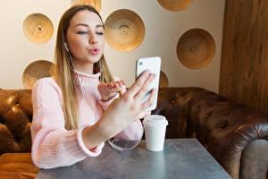 Fotos Sitzend Smartphone Selfie Sweatshirt Hand Schön Mädchens