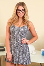 Fotos Stacey Massey Blond Mädchen Brille Lächeln Kleid Hand
