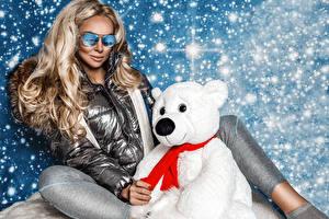 Tapety na pulpit Miś Śnieg Blondynka Siedzą Okulary Kurtka dziewczyna