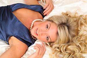 Bilder Tillie Model Halsketten Blondine Haar Hand Liegen Starren junge frau