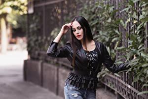 Fotos Unscharfer Hintergrund Posiert Jeans Jacke Hand Brünette Valentina junge frau
