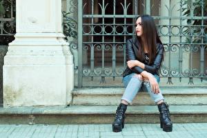 Fotos Sitzt Jeans Hand Jacke Brünette Valentina junge frau