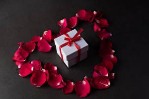Fotos Valentinstag Grauer Hintergrund Geschenke Kronblätter Dunkelrote Blüte