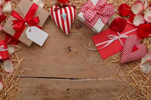 Fotos Valentinstag Bretter Geschenke Herz Brief Stroh Schleife Blütenblätter Vorlage Grußkarte