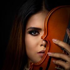 Fotos Violine Schwarzer Hintergrund Starren Braune Haare Gesicht Schminke junge frau