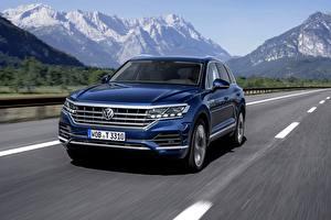 Bureaubladachtergronden Volkswagen Bewegende Blauw kleur Metallic Cross-over auto Touareg, 2018, SUV, Elegance Auto