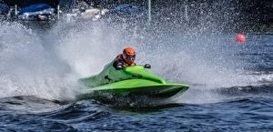 Fotos Wassermotorräder Helm Wasser spritzt Sport