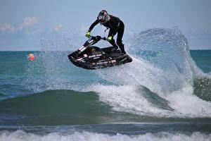 Bilder Wasserwelle Wassermotorräder Spritzwasser Helm