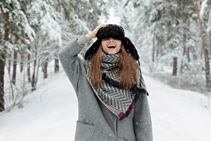 Fotos Winter Schnee Mütze Braunhaarige Lachen junge frau