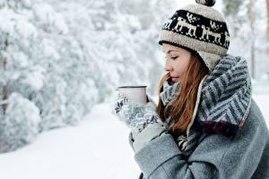 Hintergrundbilder Winter Mütze Braune Haare Becher Fausthandschuhe Mädchens