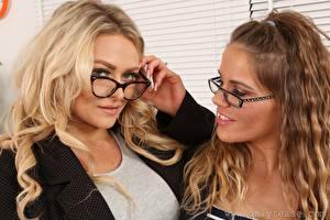 Bilder Amy S Only Siobhan Graves Zwei Braunhaarige Blond Mädchen Starren Brille Hand junge Frauen