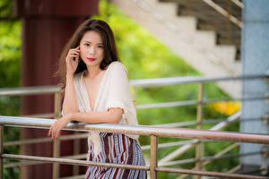 Fotos Asiatische Bokeh Hand Braunhaarige Blick junge frau