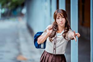 Bilder Asiatisches Unscharfer Hintergrund Hand Braune Haare Schülerin Mädchens