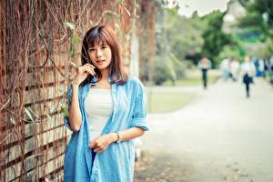 Hintergrundbilder Asiatisches Unscharfer Hintergrund Hand Hemd Braunhaarige Starren junge frau