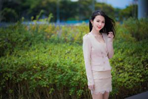 Fotos Asiatische Unscharfer Hintergrund Posiert Brünette Süßes Blick Mädchens