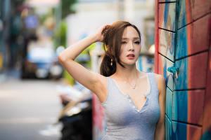 Fotos Asiatische Bokeh Posiert Hand Dekolletee Braune Haare Mädchens