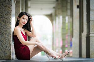 Hintergrundbilder Asiaten Unscharfer Hintergrund Sitzt Bein Kleid Niedlich Brünette Starren junge frau