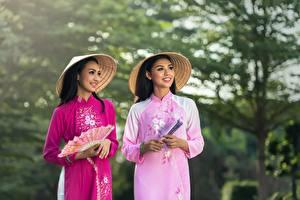 Desktop hintergrundbilder Asiaten Unscharfer Hintergrund 2 Brünette Der Hut Starren Lächeln Fächer Hand junge frau