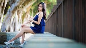 Bilder Asiaten Brünette Sitzt Hand Bein High Heels junge frau