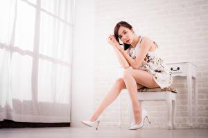 Hintergrundbilder Asiatische Stühle Sitzend Bein Stöckelschuh Kleid Starren Braunhaarige Mädchens
