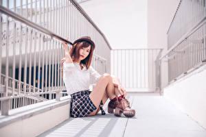 Bilder Asiaten Sitzt Bein Rock Hemd Der Hut Braunhaarige Blick junge Frauen