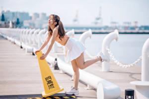 Hintergrundbilder Asiaten Waterfront Bokeh Posiert Rock Bein Braunhaarige Lacht junge Frauen