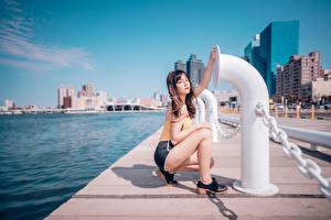 Bilder Asiaten Waterfront Posiert Shorts Unterhemd Braune Haare junge frau